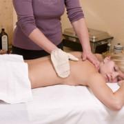 Seidenhandschuhmassage – Wellnesmassage –  an einer hübschen, jungen Blondine